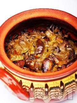 Печени пилешки сърца с лук, чесън и доматено пюре в гювеч на фурна - снимка на рецептата
